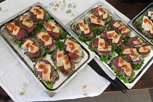 Bröd med strutskött och Murboanna producerad ost tippad med hjortronsylt, mums var det.