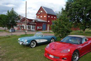 Nyberg och Westlunds Corvetter gör sig fint som förgrund till restaurangen med butik under.