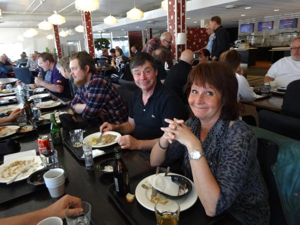 Christer och Christina mitt i lunchen