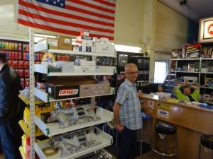 Peter spanar in vad som finns i butiken