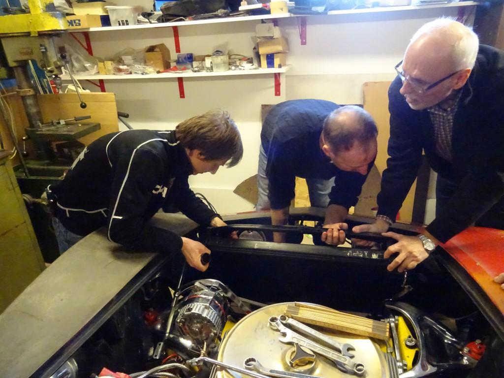 Gergö, Anders och Lars monterar kylaren