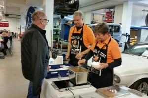Dagens värdpar delade ut soppa. Det var en ny leverantör av gulaschen i år, men de fick med beröm godkänt.